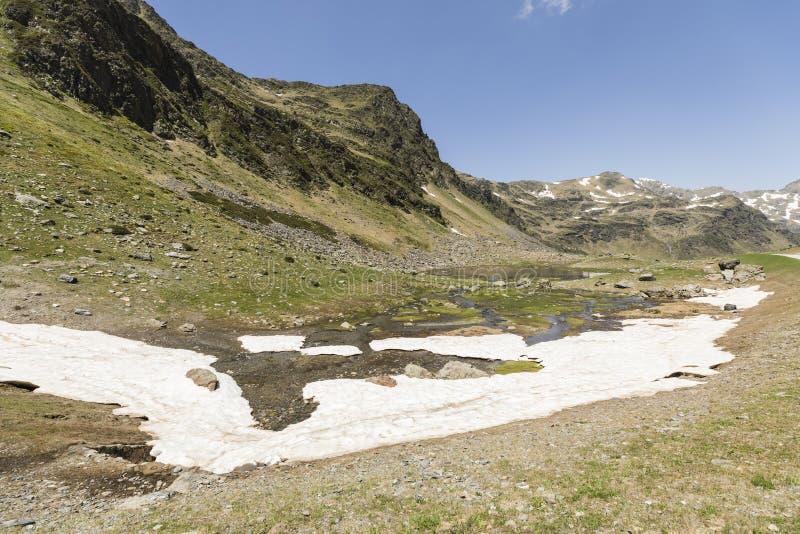 Aménagez en parc avec une rivière et des champs de neige dans la région d'Ordina Arcalis en Andorre photographie stock libre de droits