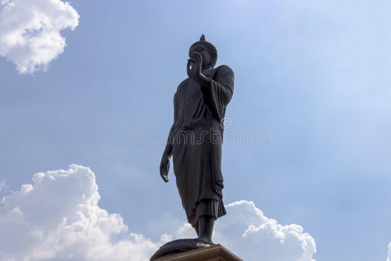 Aménagez en parc, la grande statue de Bouddha, position, sur le fond de ciel photo libre de droits