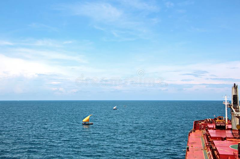 Aménagez en parc, les vues panoramiques du littoral et le port du bateau à l'ancre et dans le port photo stock