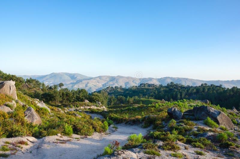Aménagez en parc, manière à Poço Azul, parc national de Peneda-Geres, Por images stock