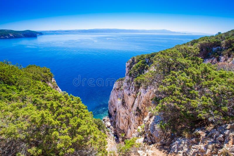 Aménagez en parc près de la caverne Grotta di Nettuno de grotte de Neptune dans Alghero, Sardaigne image stock