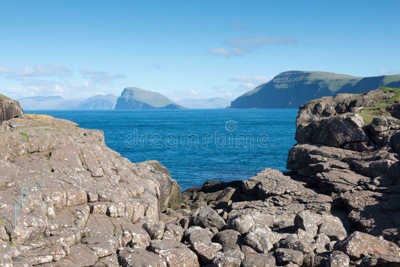 Aménagez en parc sur les Iles Féroé avec la vue sur Hestur photographie stock libre de droits