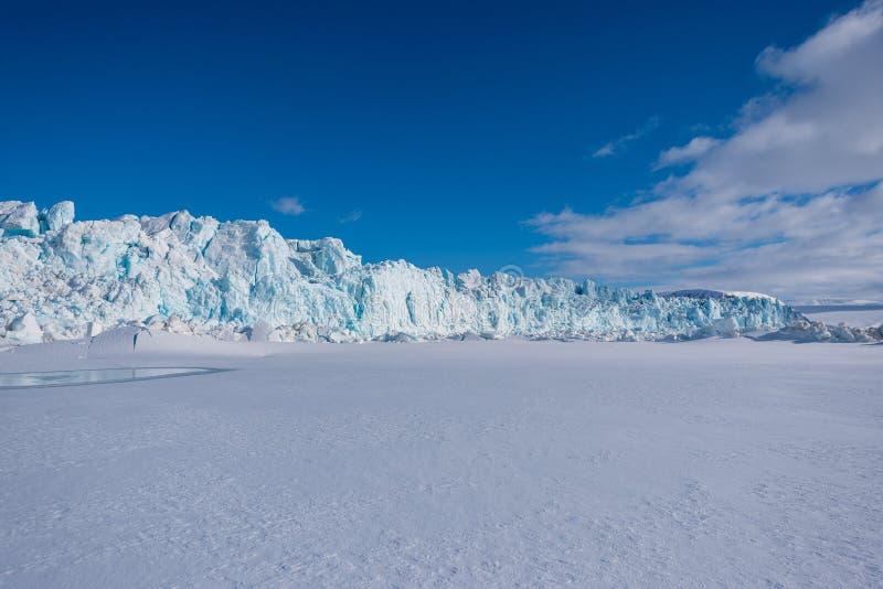 Aménagez la nature en parc de la montagne de glacier du jour polaire de soleil d'hiver arctique du Spitzberg Longyearbyen le Sval photographie stock