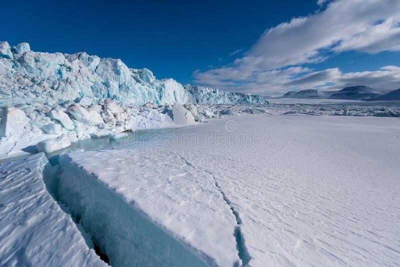 Aménagez la nature en parc de la montagne de glacier du jour polaire de soleil d'hiver arctique du Spitzberg Longyearbyen le Sval images libres de droits