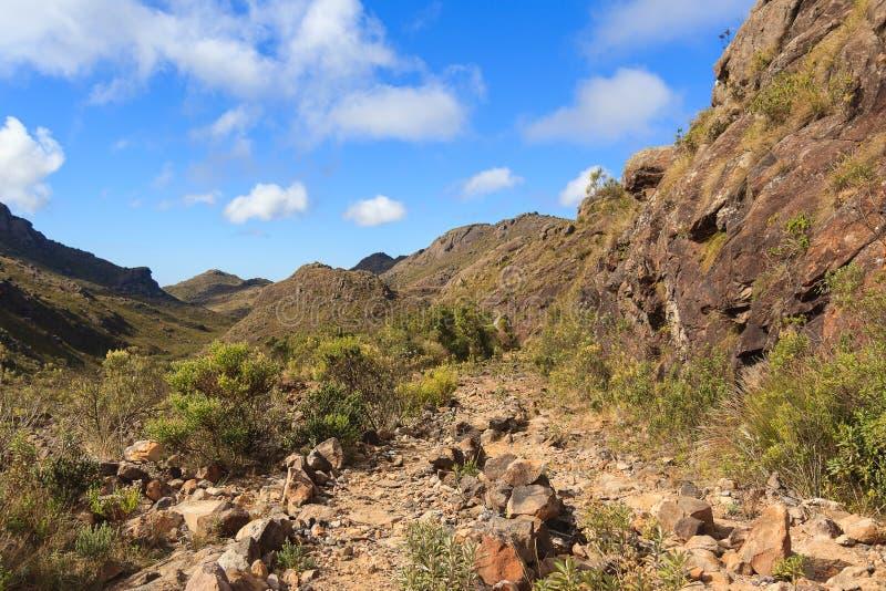 Aménagez la route en parc en pierre de montagnes en parc national d'Itatiaia, Brésil images libres de droits