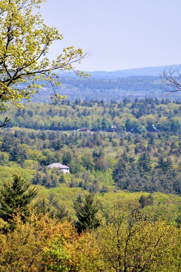 Aménagez la vue en parc, au sud du centre de ville de Harrisville, Cheshire County, New Hampshire, Etats-Unis photos stock