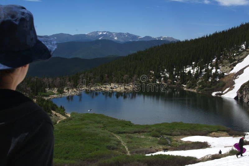 Aménagez la vue en parc avec la montagne et les arbres et les petits lacs photographie stock