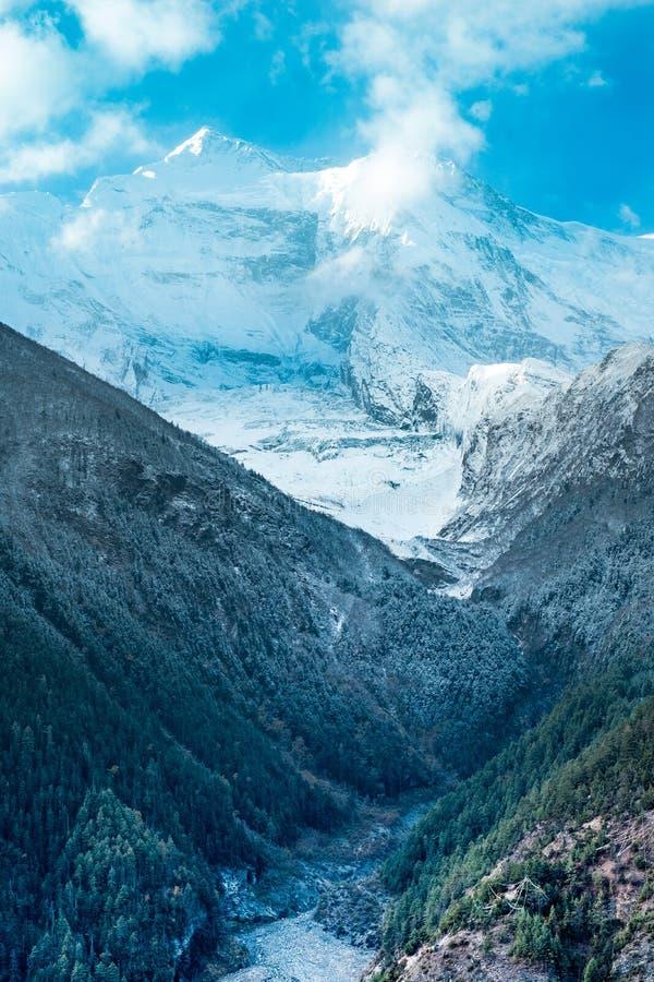 Aménagez la vue en parc de la montagne d'Annapurna II en Himalaya, Népal images libres de droits