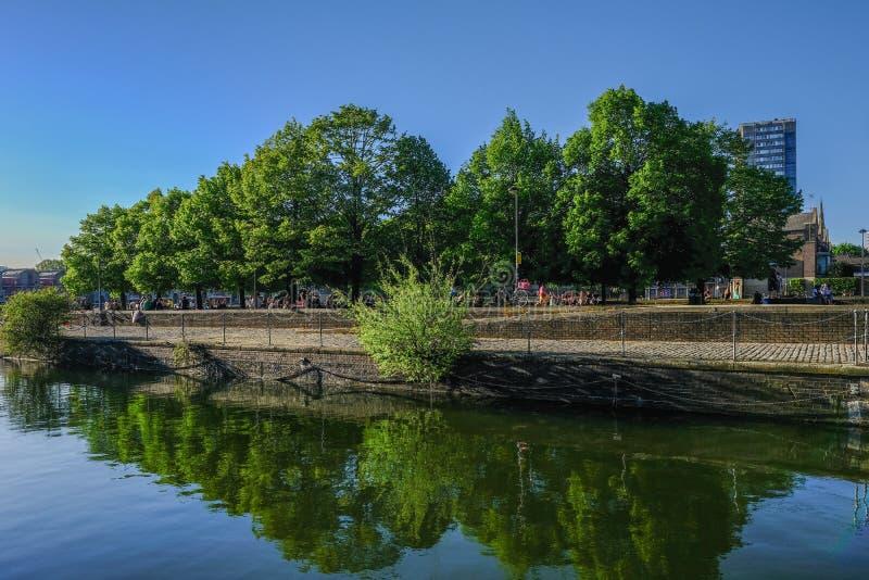 Aménagez la vue en parc de la voie près du bassin de Shadwell photos stock
