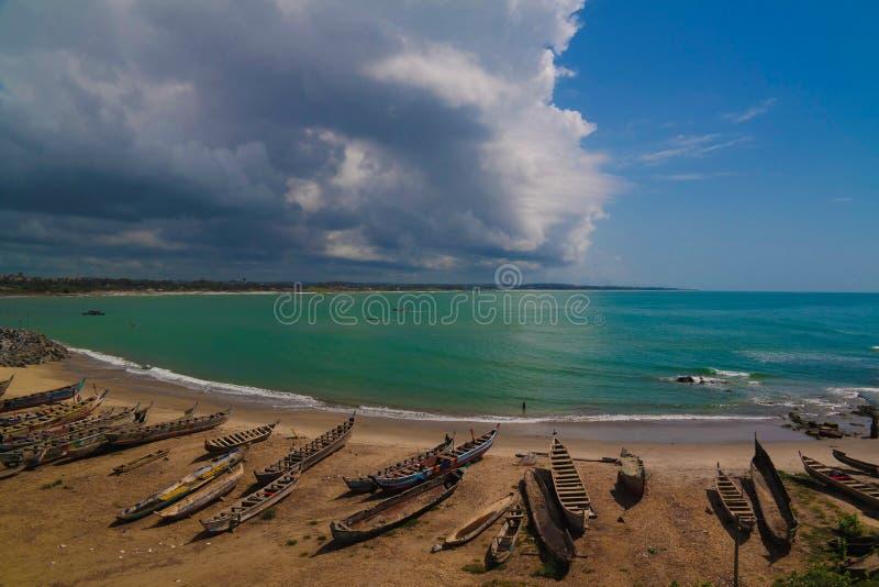 Aménagez la vue en parc du toit du château d'Elmina et de la forteresse, Ghana photographie stock libre de droits