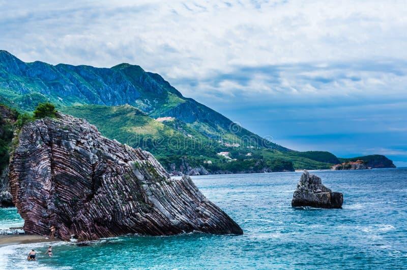 Aménagez la vue en parc sur la mer et la montagne dans Monténégro photo libre de droits
