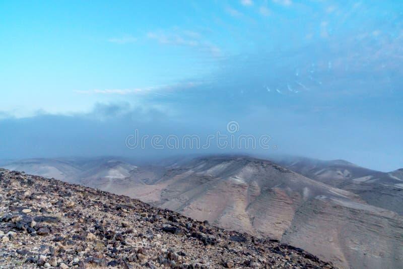 Aménagez la vue en parc sur le lever de soleil bleu mystique de désert de matin photographie stock libre de droits