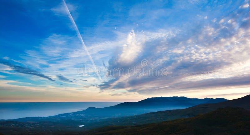 Aménagez le fond en parc de nature, nuages en ciel de soirée photos stock