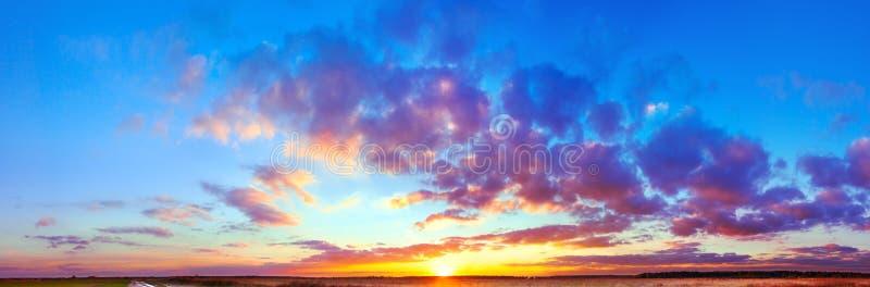 Aménagez le panorama en parc avec le ciel bleu, les nuages et le coucher du soleil images stock