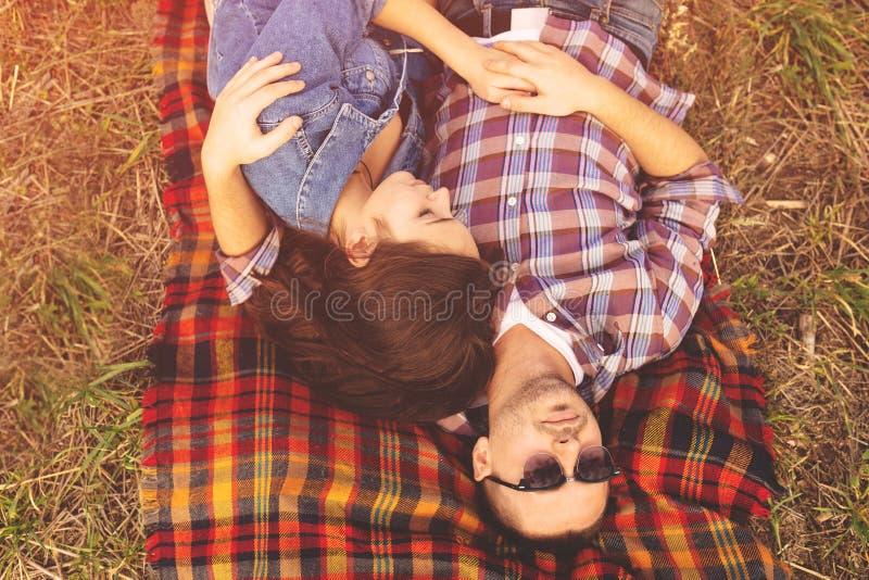 Aménagez le portrait en parc de jeunes beaux couples élégants sensuels et images stock