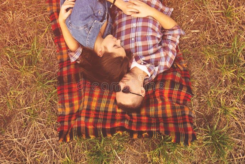 Aménagez le portrait en parc de jeunes beaux couples élégants sensuels et image libre de droits