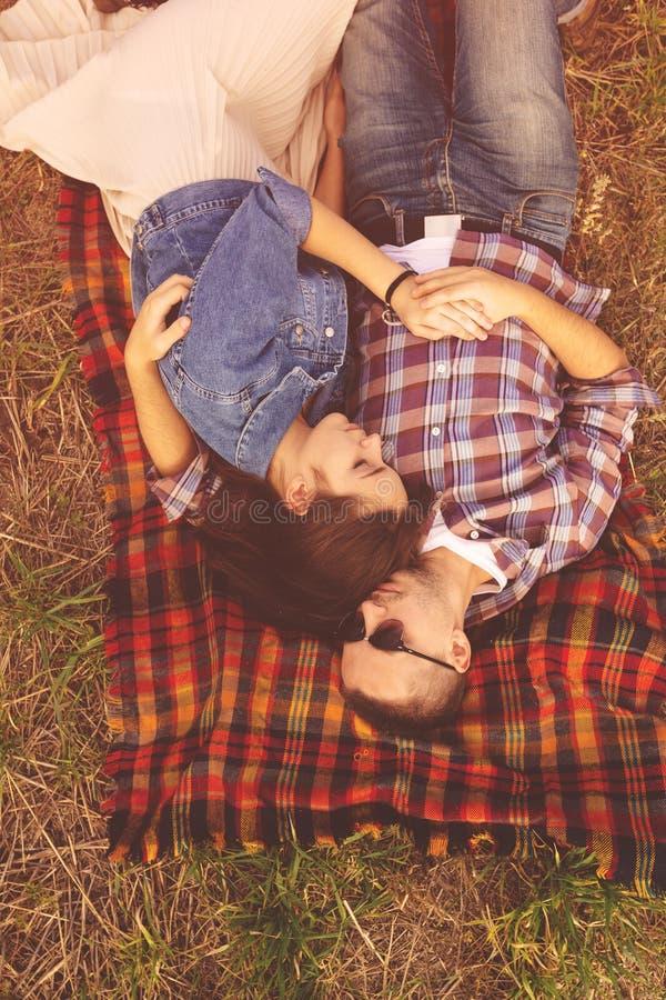 Aménagez le portrait en parc de jeunes beaux couples élégants sensuels et image stock