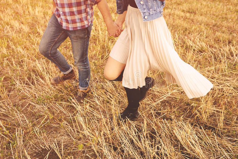 Aménagez le portrait en parc de jeunes beaux couples élégants sensuels et images libres de droits