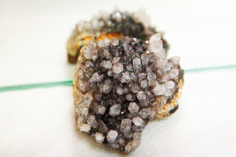 Améthyste, cristal, manganèse et rodonit image libre de droits