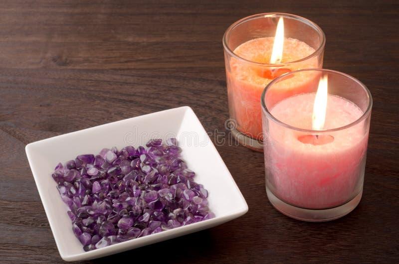 Améthyste et deux bougies images libres de droits