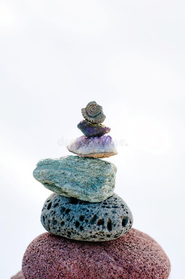 Améthyste et fossile de équilibrage de pierres photos libres de droits