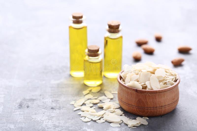 Amêndoa e óleo em umas garrafas imagem de stock