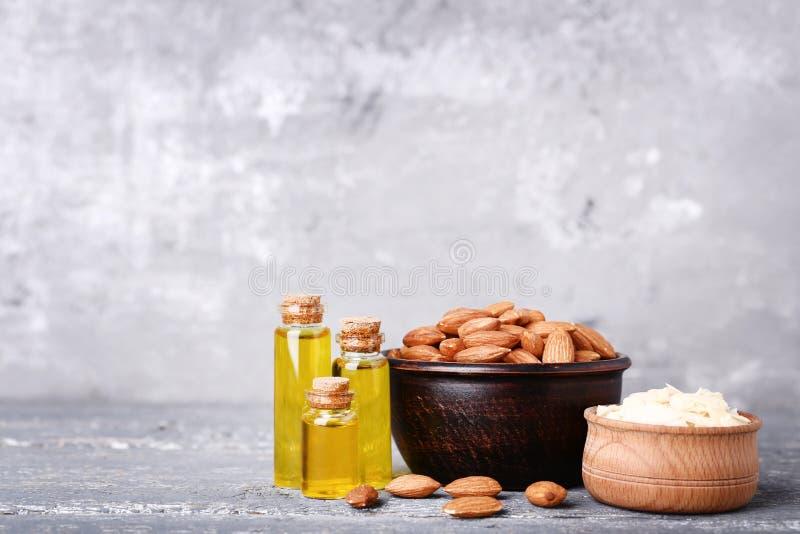 Amêndoa e óleo em umas garrafas fotografia de stock