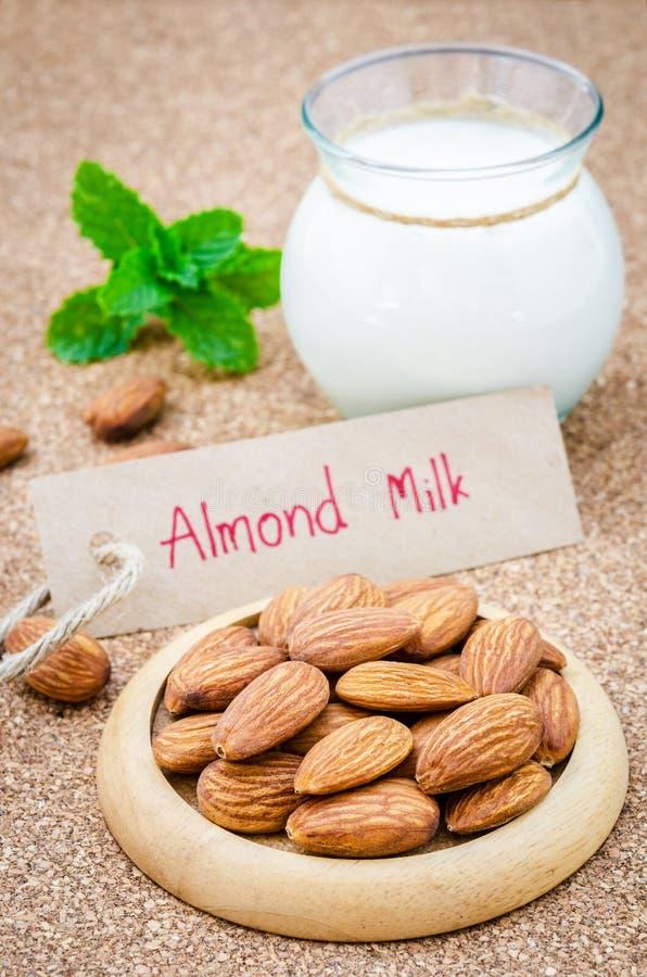 Amêndoa e leite da amêndoa fotos de stock royalty free