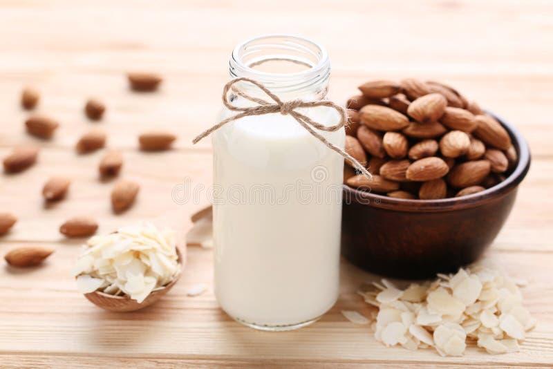 Amêndoa e leite na garrafa imagem de stock