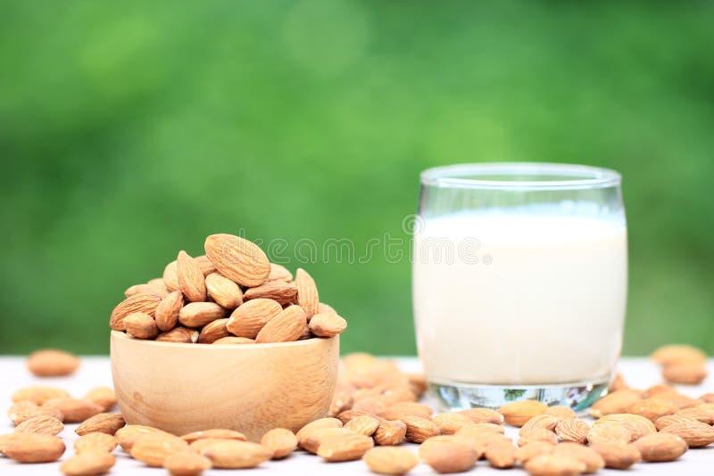 Amêndoa em um leite da bacia e da amêndoa na garrafa de vidro na tabela bl fotos de stock royalty free