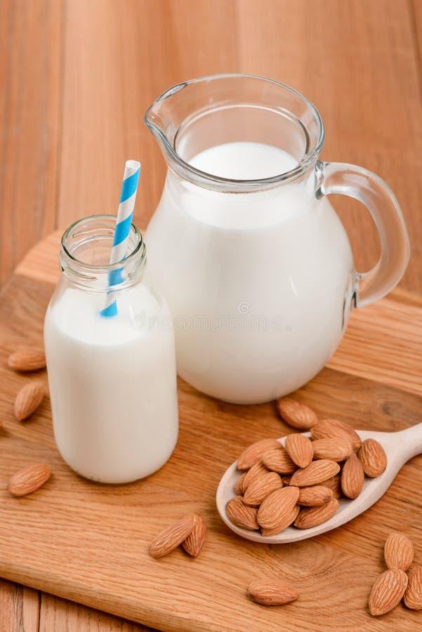 Amêndoas e leite crus da planta fotos de stock royalty free