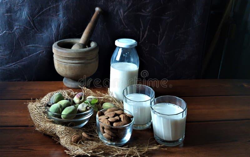 Amêndoas e leite fresco na madeira fotografia de stock