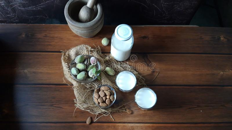 Amêndoas e leite fresco na madeira fotografia de stock royalty free