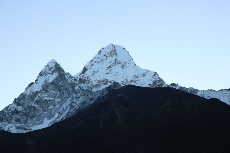 Ama Dablam är en montainregion med himmelbakgrund royaltyfri fotografi