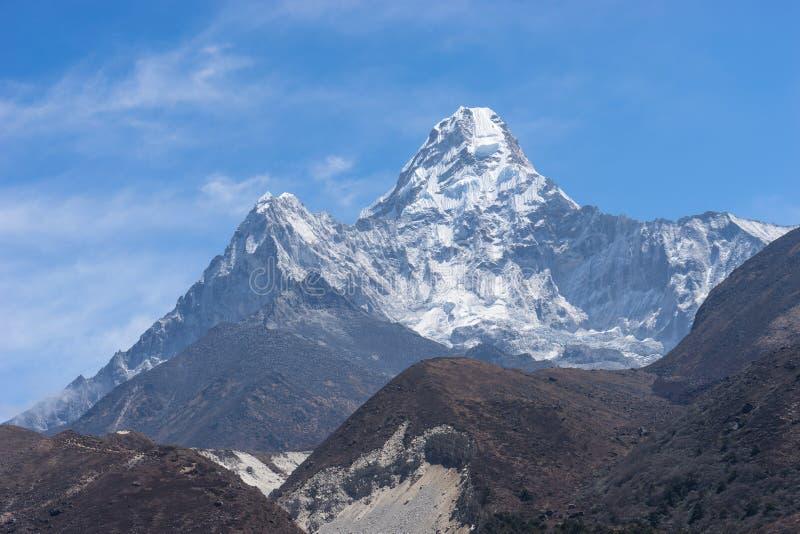 Ama Dablam bergmaximum från den Pangboche byn royaltyfri foto