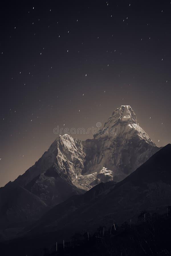 Ama Dablam en la noche imagen de archivo libre de regalías