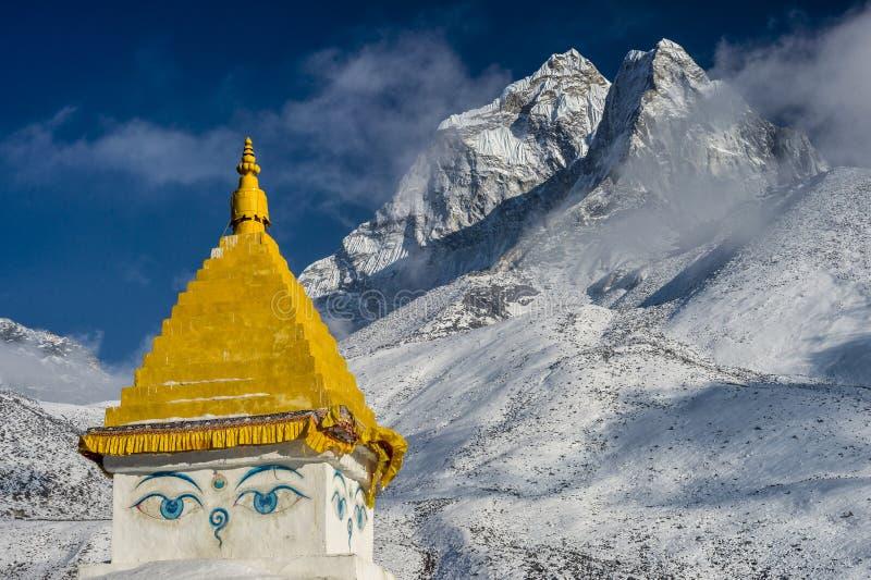 Ama Dablam maximum på solnedgången, med överkanten av en stupa i foregren arkivbilder