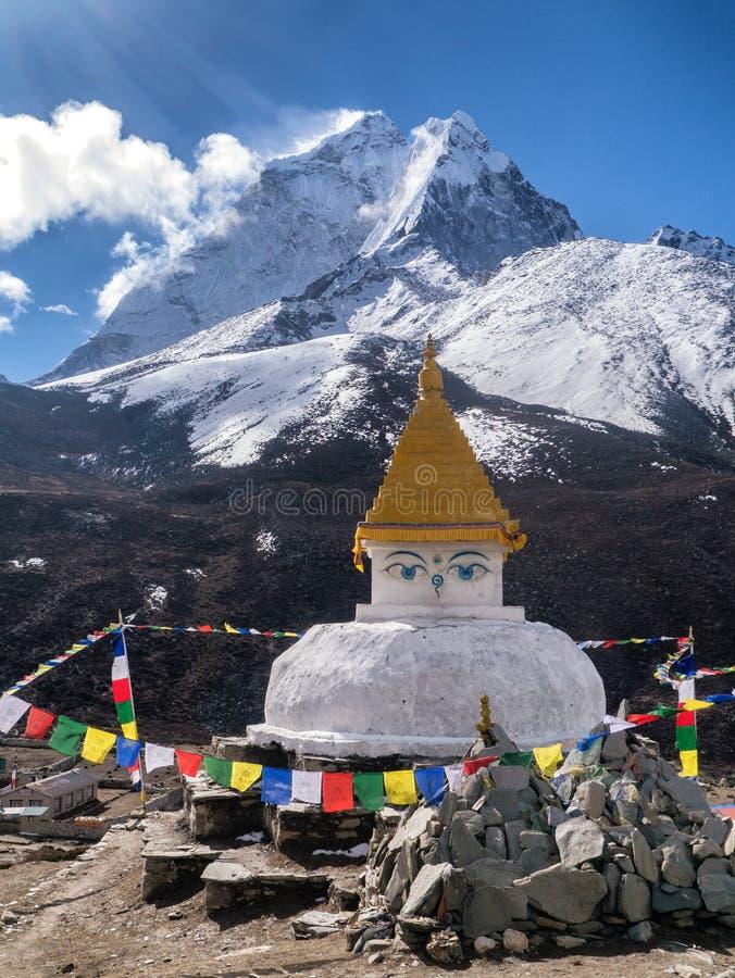 Ama Dablam Mountain atrás do santuário budista imagens de stock