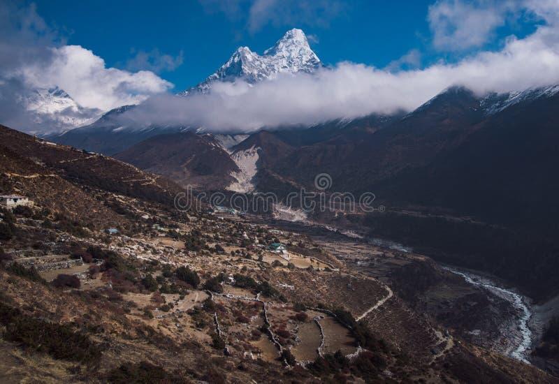 Ama Dablam och nepalesisk by i Himalayas royaltyfri bild