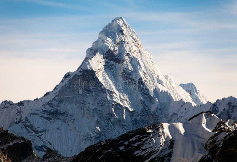 Ama Dablam op de manier aan Everest-Basiskamp stock foto
