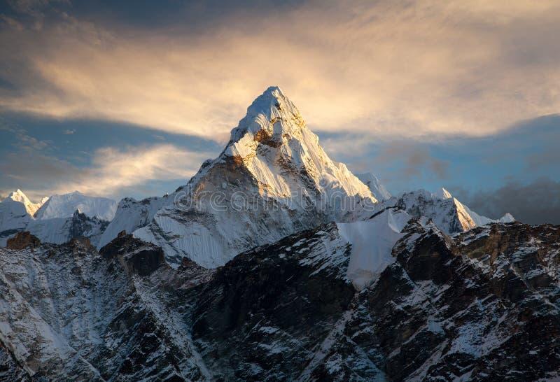 Ama Dablam op de manier aan Everest-Basiskamp stock afbeeldingen