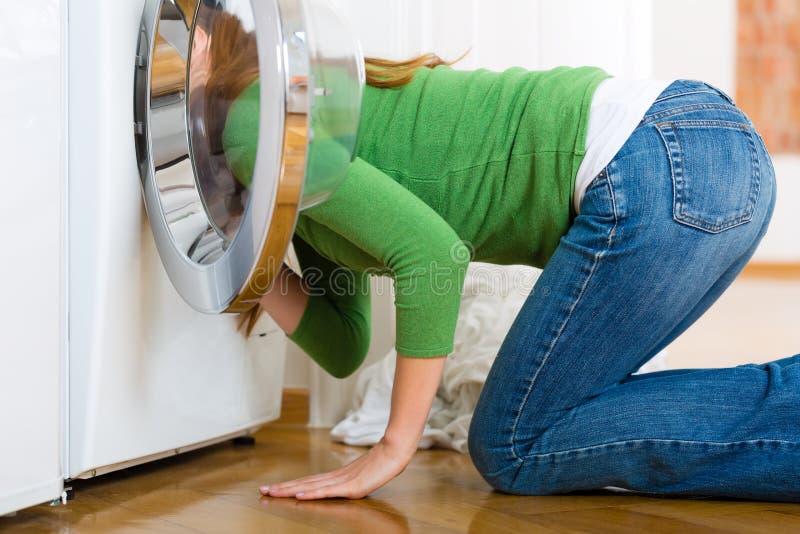 Ama de casa con la lavadora imagen de archivo
