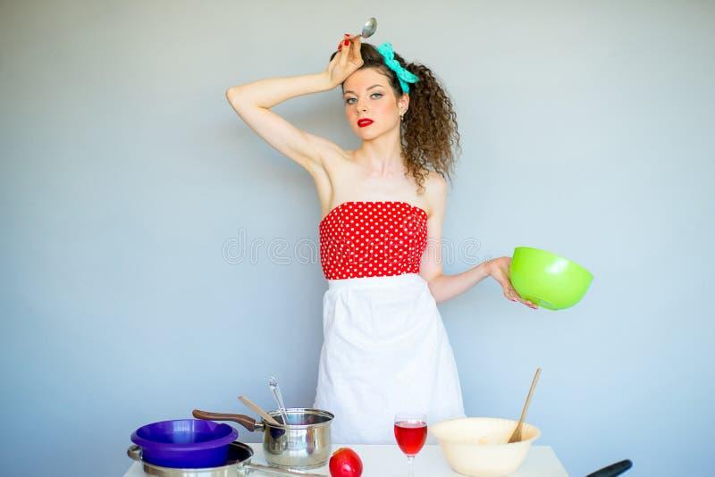 Ama de casa en la cocina imagen de archivo libre de regalías