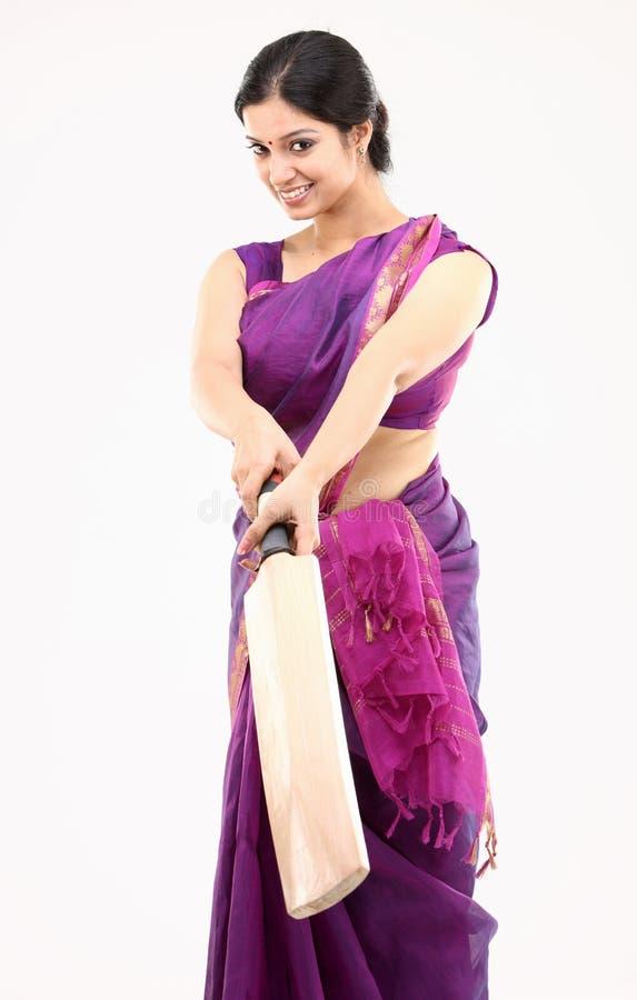 ama de casa en sari rosada con el palo fotos de archivo libres de regalías
