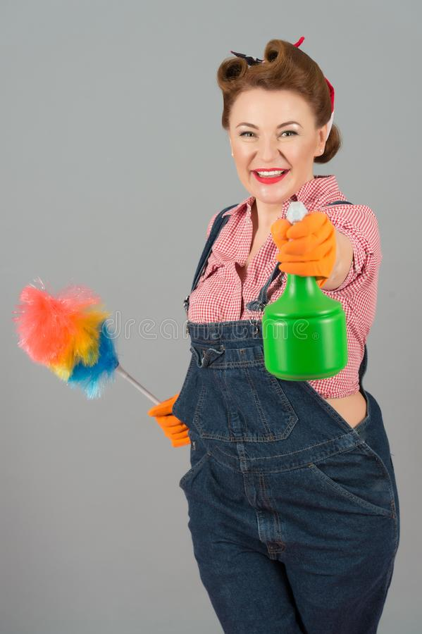 Ama de casa feliz lista para rociar y para limpiar imagen de archivo libre de regalías