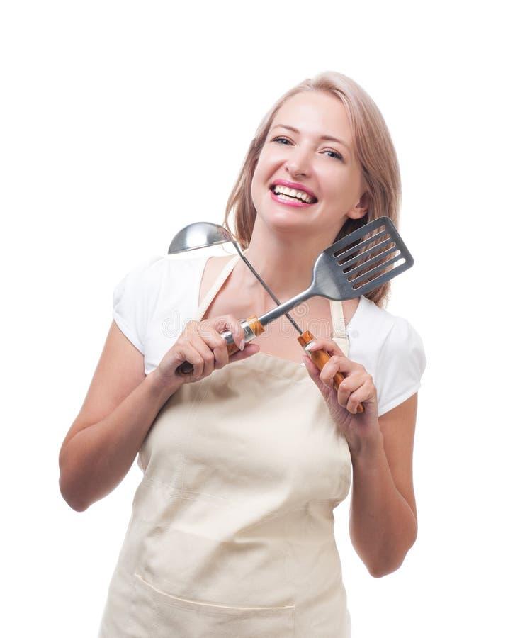 Ama de casa hermosa con la cucharón y la espátula Aislado en los vagos blancos imagen de archivo libre de regalías