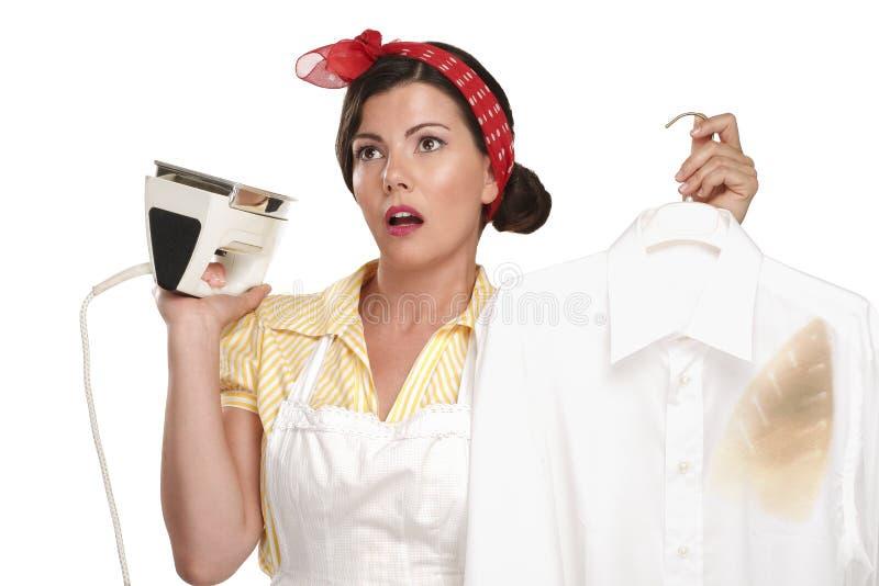 Ama de casa hermosa feliz de la mujer que plancha una camisa foto de archivo libre de regalías