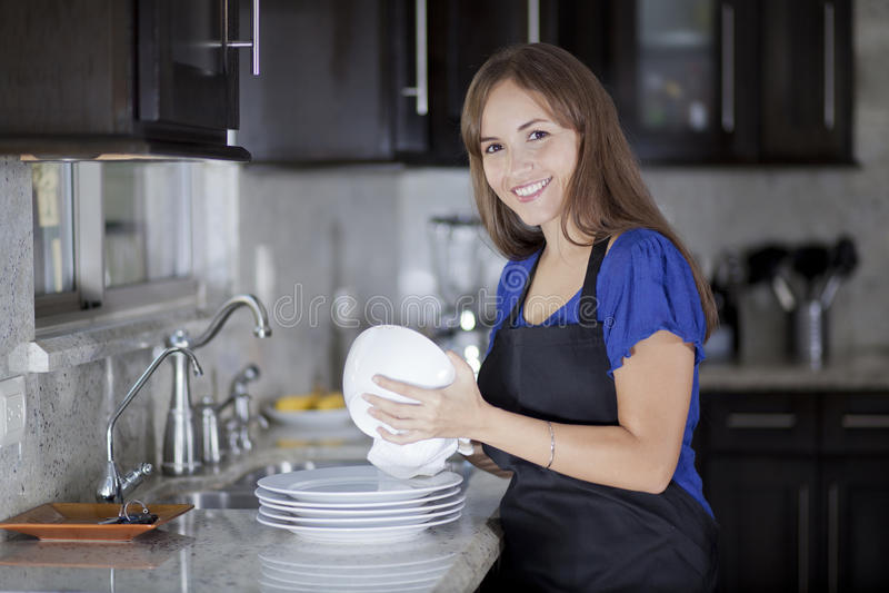 Ama de casa linda que lava los platos imágenes de archivo libres de regalías