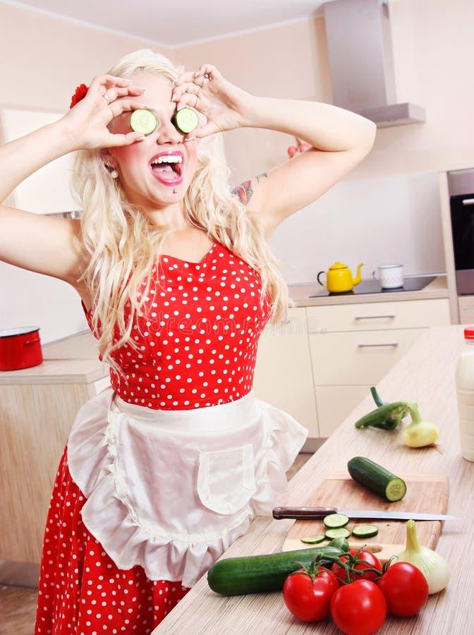 Ama de casa loca en la cocina imagen de archivo libre de regalías