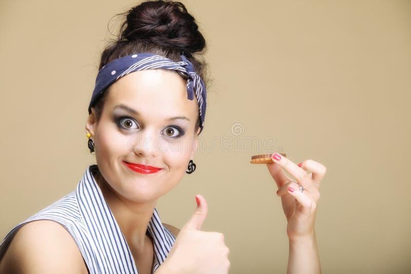 Ama de casa preciosa que come la torta de los dulces. Dieta. fotografía de archivo